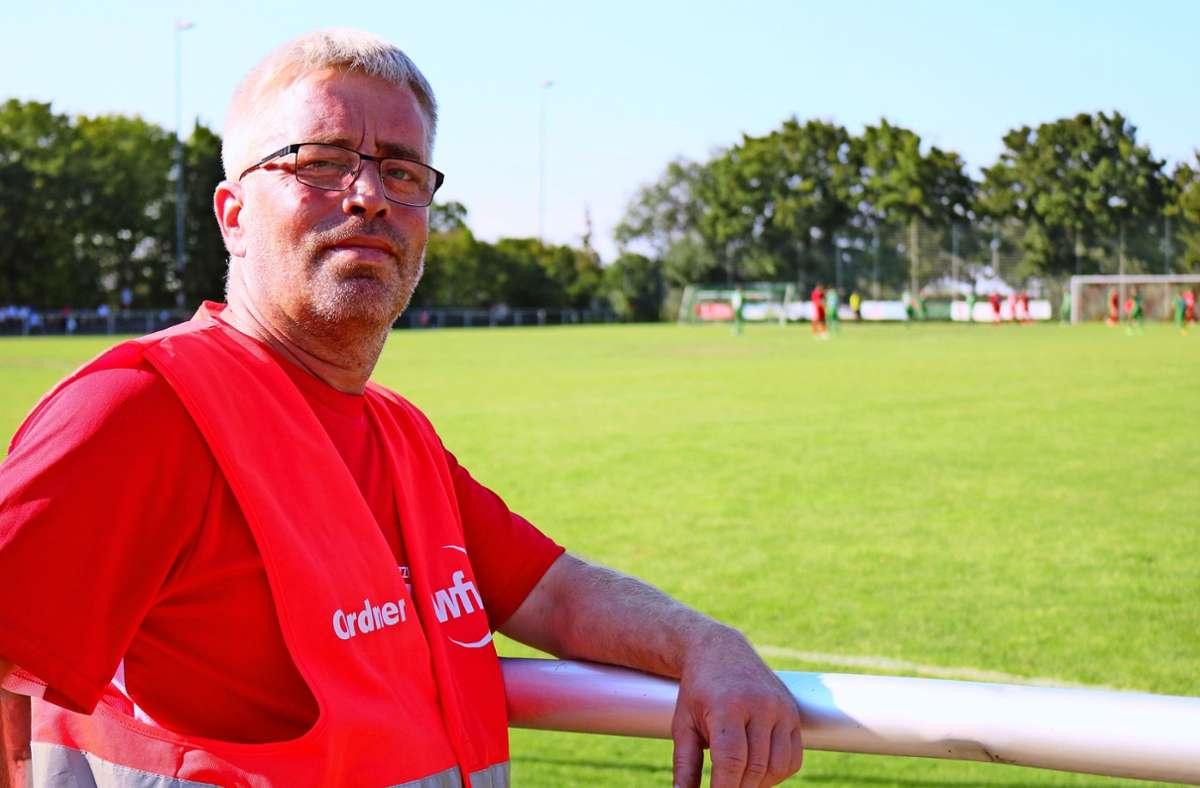 Jürgen Beier ist auch als Ordner bei den Heimspielen der Oeffinger Landesliga-Fußballer im Einsatz Foto: Eva Herschmann