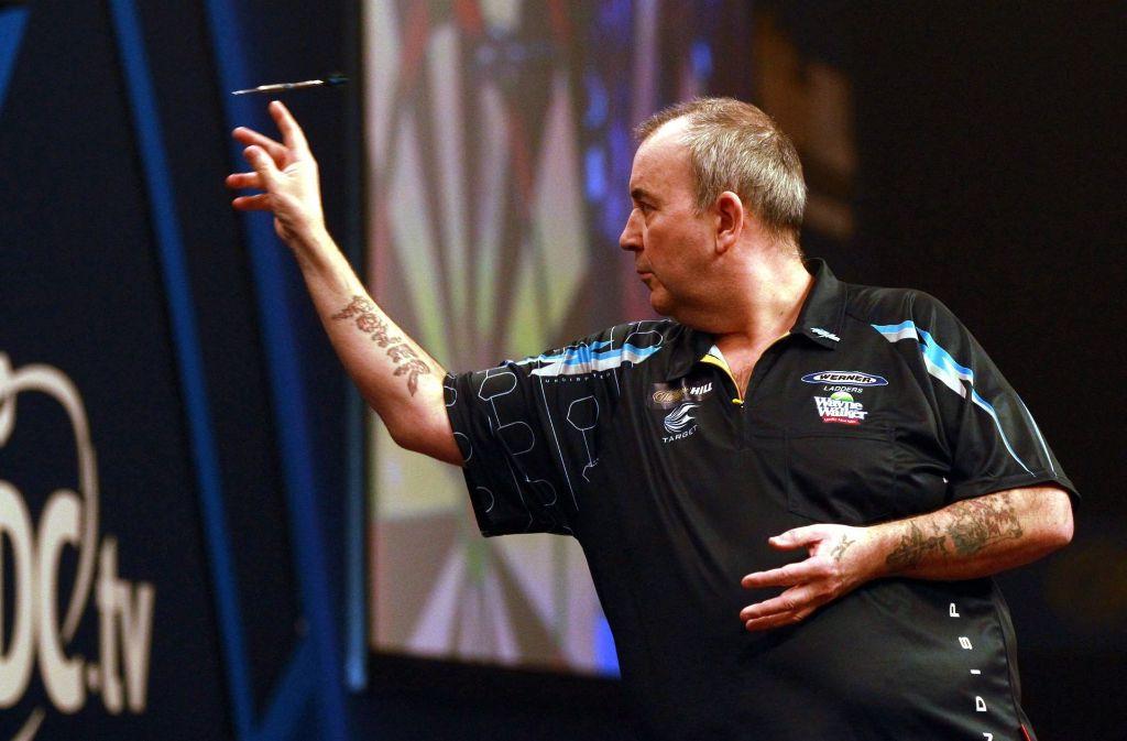 Treffsicher: Phil Taylor schießt die Pfeile und Millionen Darts-Fans schauen zu Foto: DPA