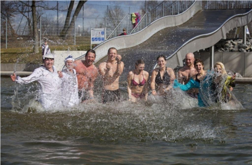 Die unerschrockenen Badegäste im acht Grad kalten Seewasser Foto: Frank Eppler