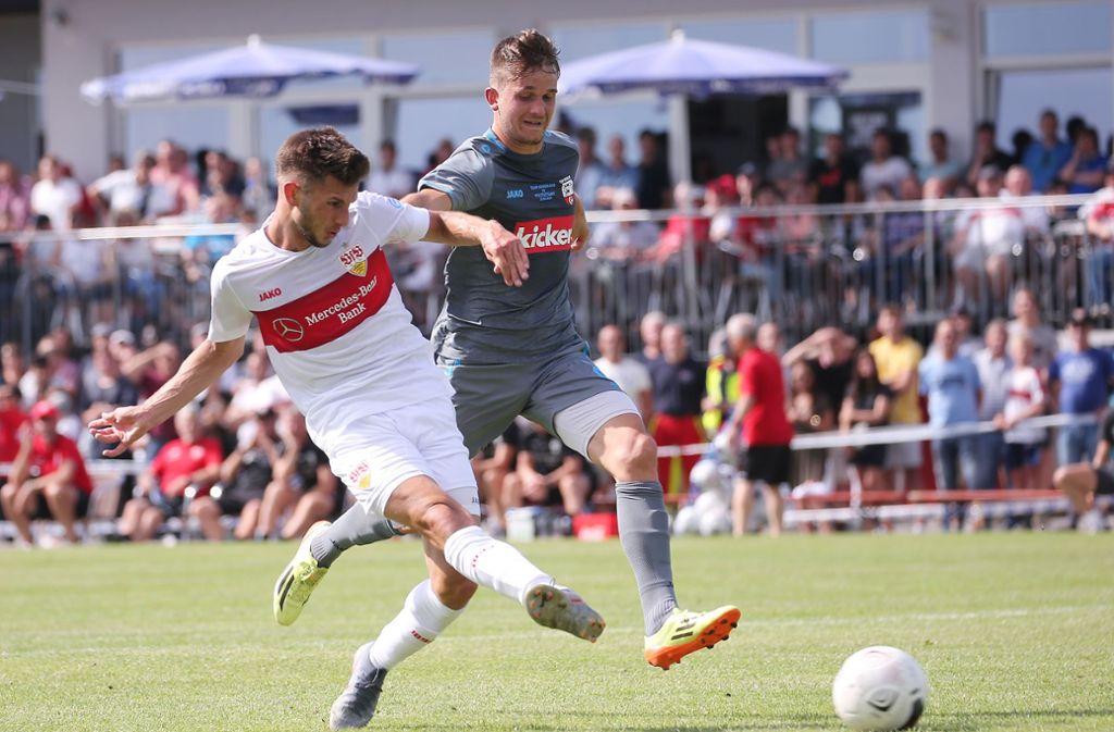 Nachwuchsstürmer Leon Dajaku (li.) war beim ersten Test des VfB Stuttgart in Ilshofen erfolgreich. Foto: Baumann