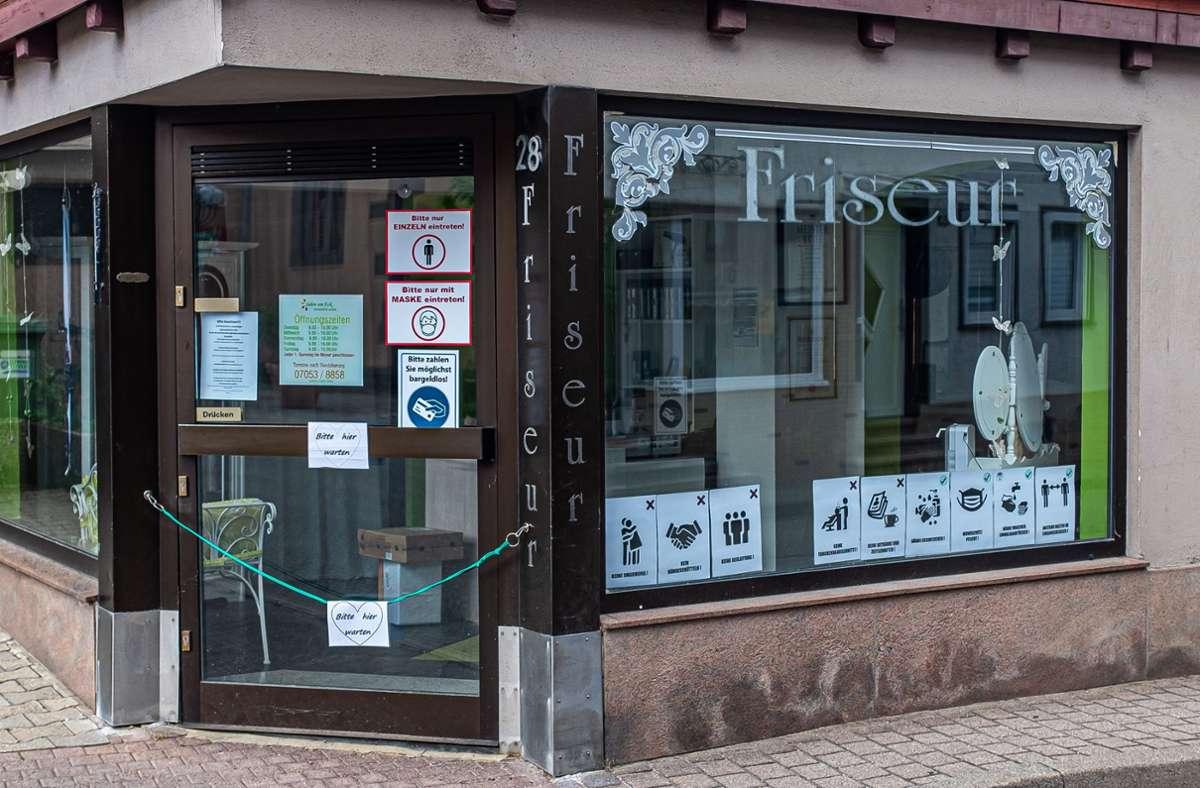 Zig Schilder erklären im Friseurgeschäft, was man hier alles nicht darf und worauf beim Friseurbesuch zu achten ist – festgehalten von unserer Leserin Beate Thieme. Foto: Beate Thieme
