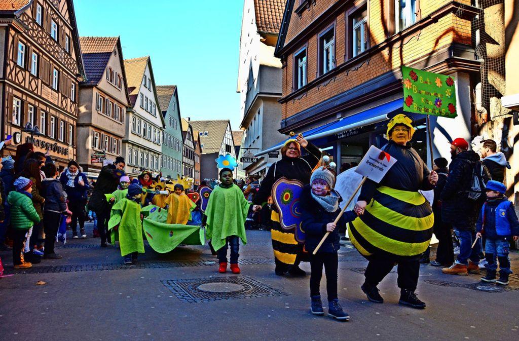 """Beim großen Kinderumzug durch die Cannstatter Marktstraße präsentieren die Kinder der Kita Brückenstraße  ihre Kostüme zum Thema """"bunte Blumenwiese"""". Foto: Janey Olbort"""