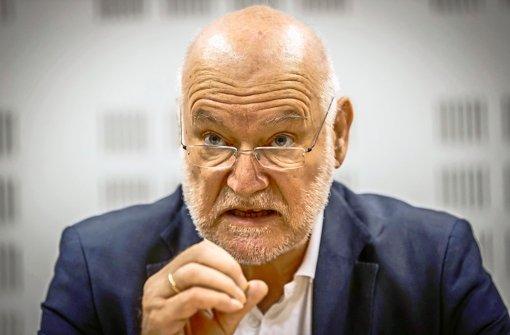 Professor Joachim Starbatty hat sich als einer der wichtigsten Währungsexperten der AfD profiliert – der plakative Straßenwahlkampf ist weniger seine Sache Foto: Achim Zweygarth