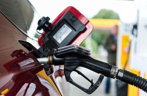 Autofahrer müssen an Tankstelle   tief in Tasche greifen