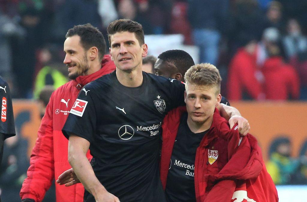Mario Gomez und Santiago Ascacibar vom VfB Stuttgart wurden von Augsburg-Trainer Manuel Baum als Schwalbenkönige dargestellt. Foto: Pressefoto Baumann