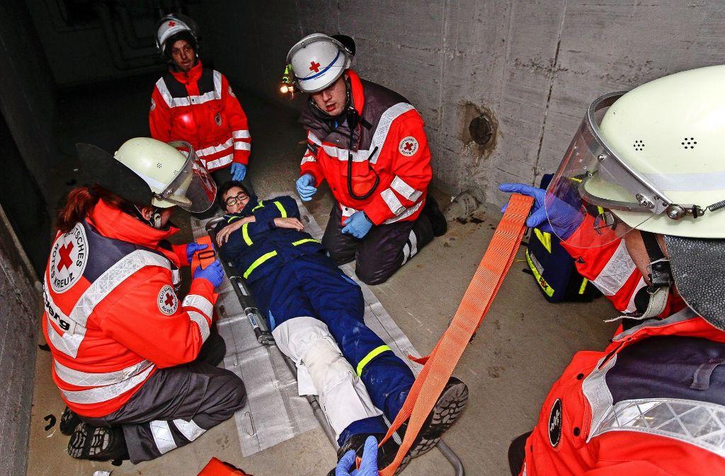 Rotkreuzler versorgen einen Verletzten  – und sitzen kurzzeitig  im Keller  fest. Foto: factum/Bach