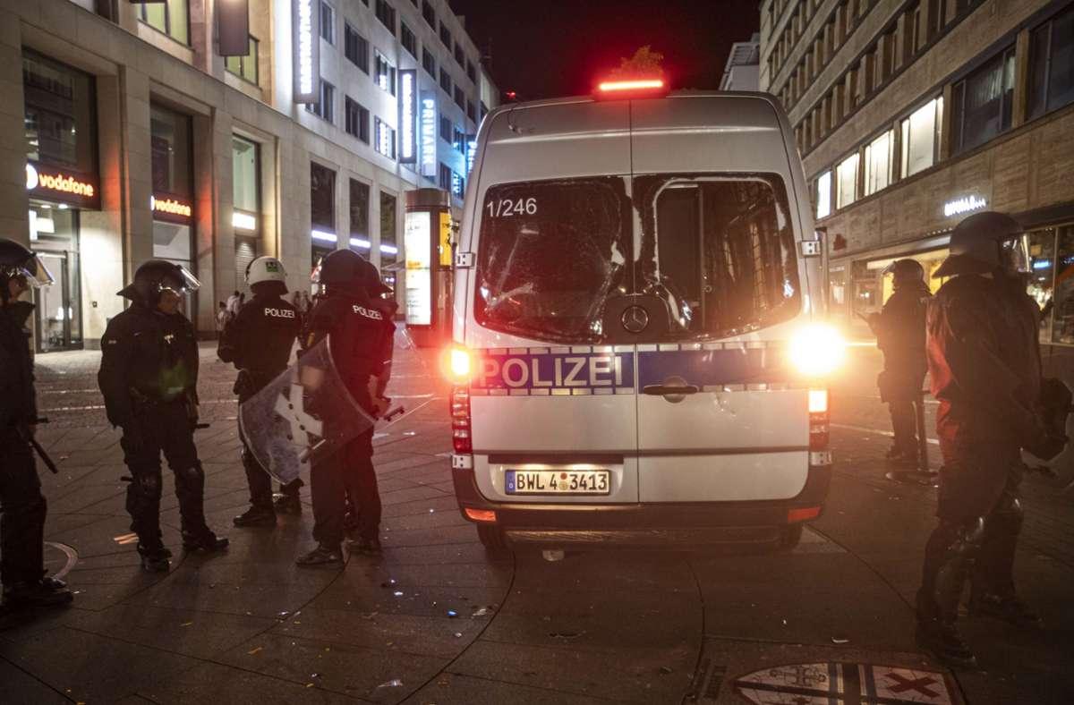 Die Polizei als Feindbild: Bei den Ausschreitungen wurden mehrere Beamte verletzt. Foto: dpa/Simon Adomat