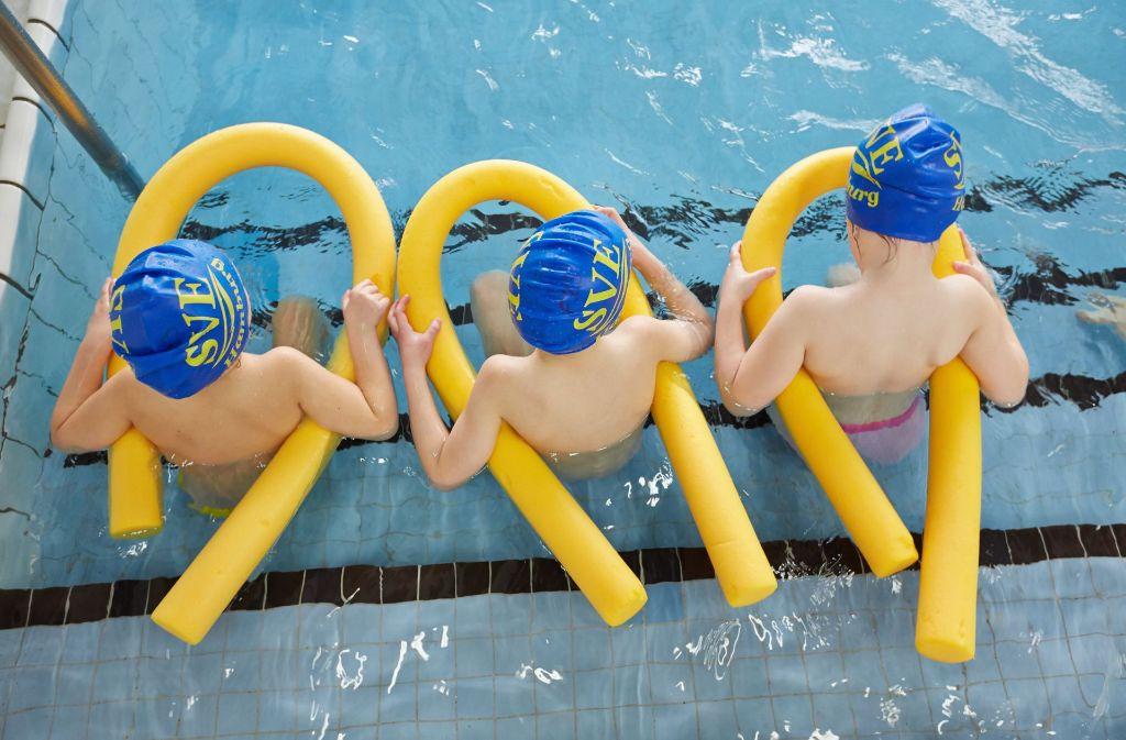 Wer richtig schwimmen lernt und die Gefahren, die im Wasser lauern kennt, lebt sicherer. Foto: dpa