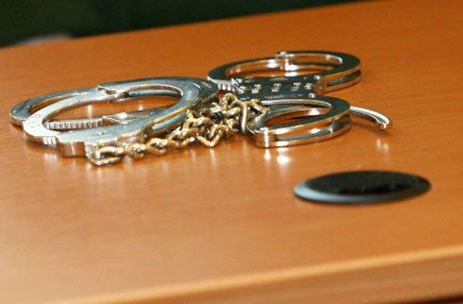 Ein 15-jähriges Mädchen wird am Sonntagabend tot in einer Wohnung gefunden. Die Todesursache ist noch unklar. Die Polizei hat den 33-jährigen Lebensgefährten ihrer Mutter verhaftet. Foto: dapd (Symbolfoto)