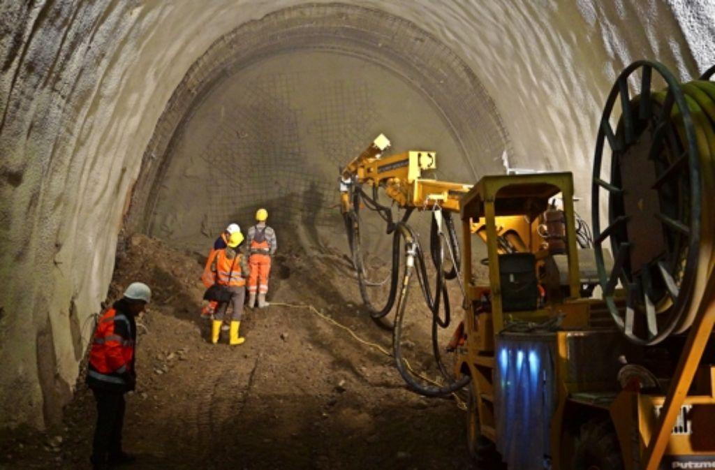 Mit Spritzbeton und Gittern wird der Tunnel gesichert, bevor weiter ausgegraben werden kann. Foto: Fritzsche