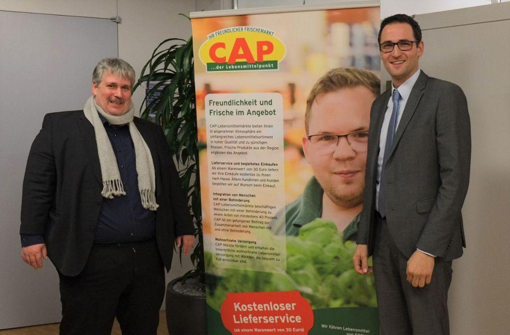 Freuen sich über den unterschriebenen Kooperationsvertrag zur Eröffnung des CAP-Marktes, Bürgermeister Ralf Barth und der Geschäftsführer der Nintegra Unternehmen für Integration gGmbH Marc Hentschke (links) Foto: Gemeinde Denkendorf