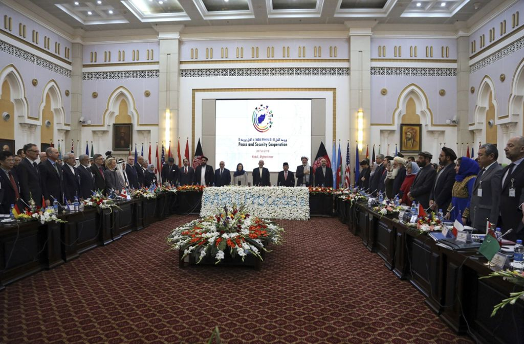 Ashraf Ghani (Mitte), Präsident von Afghanistan, heißt die Delegierten zu Beginn der Friedenskonferenz im Präsidenten Palast in Kabul Willkommen. Foto: AP