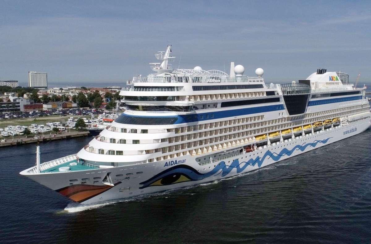 Das Kreuzfahrtschiff Aidamar von Aida Cruises läuft von der Ostsee kommend ohne Passagiere in den Seekanal von Warnemünde ein, um im Seehafen festzumachen. Foto: dpa/Bernd Wüstneck