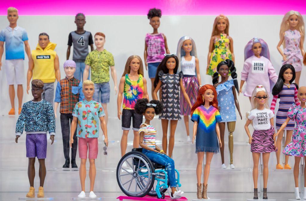 Die neue Fashionistas Linie in voller Pracht bei der Spielzeugmesse in Nürnberg. Die Kollektion wird um eine Puppe ohne Haare, eine Barbie-Puppe mit der Hautkrankheit Vitiligo, eine Puppe mit einer goldenen Bein-Prothese, einen Ken mit langen, vollen Haaren und den ersten rothaarigen Ken überhaupt erweitert. Foto: dpa
