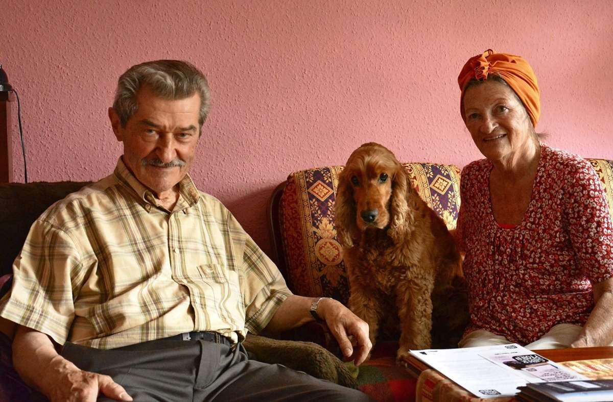 Die Silberpfoten vernetzen ältere Tierhalter – hier ein Paar mit dem Hund Tango – und ehrenamtliche Helfer. Foto: Silberpfoten