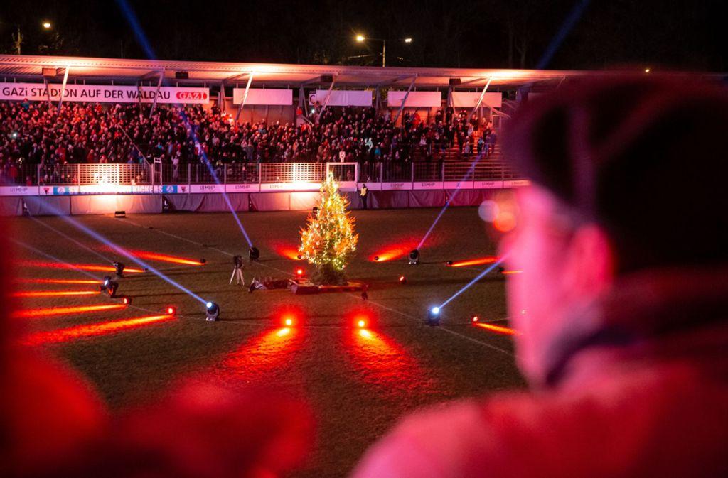 Auf dem Rasen im Gazi-Stadion in Degerloch standen diesmal nicht Fußballspieler im Mittelpunkt, sondern ein Weihnachtsbaum. Foto: Lichtgut/Julian Rettig