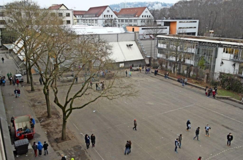 Der Neubau würde auf der rechten Seite des Schulhofs stehen. Foto: Jürgen Brand