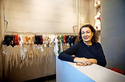 """Es muss nicht immer schwarz, weiß oder nude sein: Ulrike Brucher legt Wert auf das richtige """"Drunter"""". Foto: Lichtgut/Leif Piechowski (2)/ Achim Zweygarth"""
