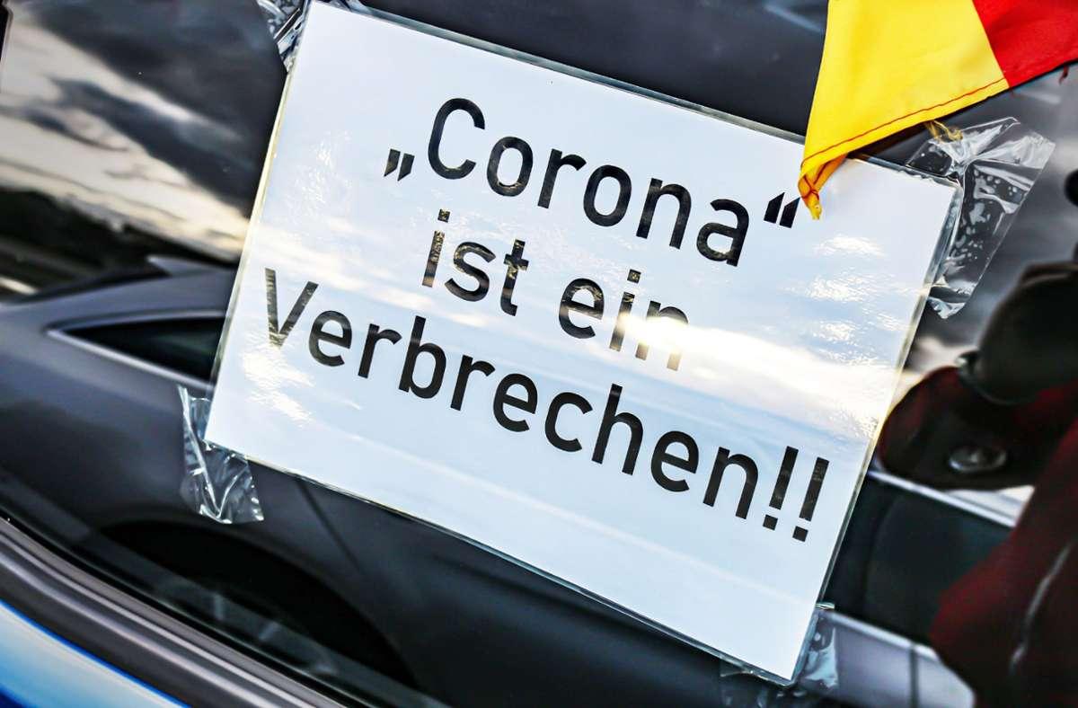 Seit Monaten demonstrieren die so genannten Querdenker, zuletzt meist mit Autokorsos und Hupkonzerten, gegen die Corona-Beschränkungen. Die Gruppe in  Herrenberg allerdings war zu Fuß unterwegs – bis die mutmaßliche Veranstalterin ausrastete. Foto: SDMG//Pusch