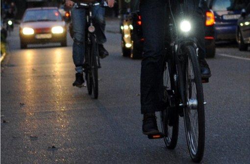 Wer in der dunklen Jahreszeit ohne Licht fährt, geht ein Risiko ein. Foto: dpa