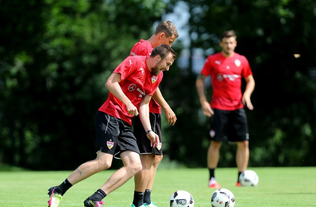 Kevin Großkreutz (im Vordergrund) ist wieder beim VfB Stuttgart am Ball. Foto: Pressefoto Baumann