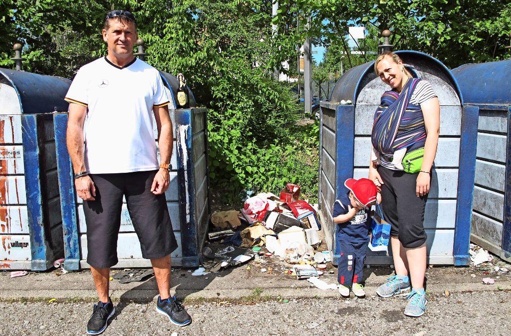 Christoph Brockhoff und Sandra Hertler stört der Müll am Ungerhaldenweg. Foto: Klein