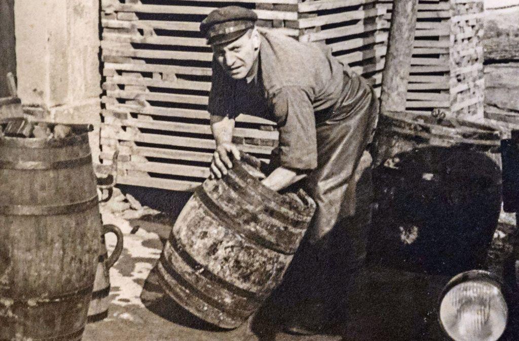 Jakob Guggenberger bei der Arbeit mit Fässern – diese Aufnahme stammt vom März 1956. Foto: factum/Weise