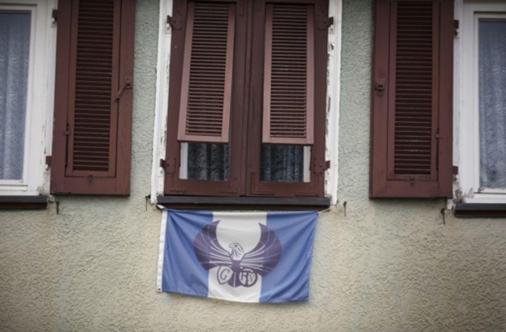 An dem Haus in Schorndorf ist die Fahne von Germanitien gehisst. Foto: Gottfried Stoppel