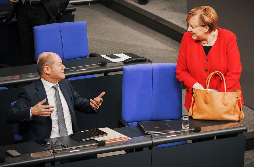 Vizekanzler Olaf Scholz und Kanzlerin Angela Merkel bei der Generaldebatte im Bundestag. Foto: dpa/Michael Kappeler