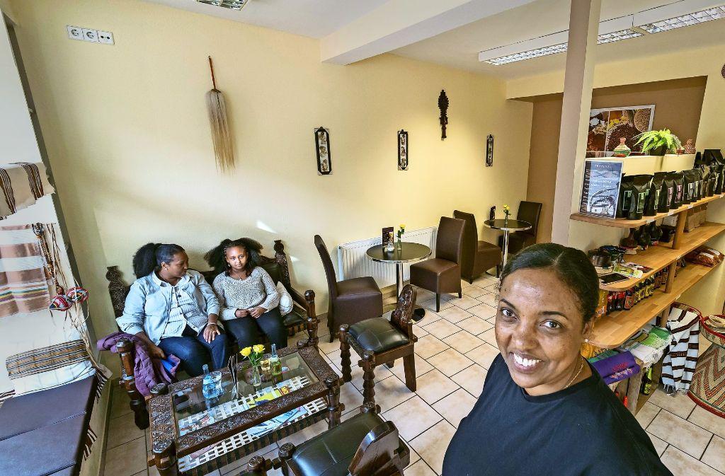 Elsabet Aytenew führt das Abyssinia an der Wilhelmstraße. Das Innere ist mit afrikanischen Möbeln eingerichtet. Foto: factum/Weise