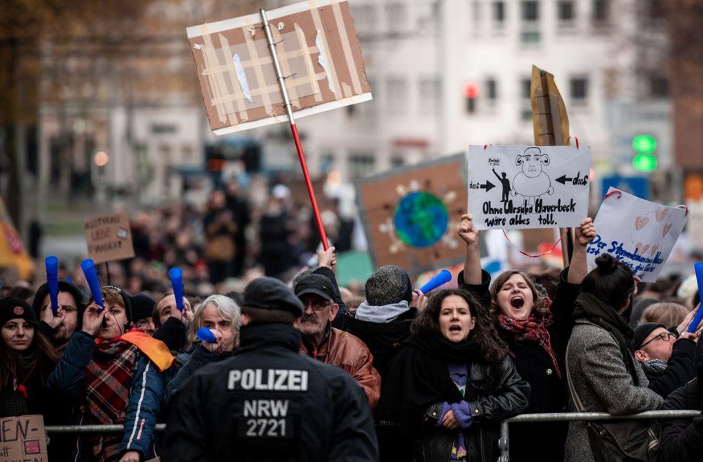 Die Gegendemonstranten waren klar in der Überzahl. Foto: Fabian Strauch/dpa/Fabian Strauch
