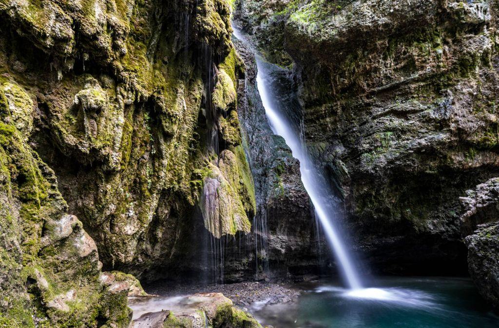 Manchmal fließt das Wasser an einer Klippe scheinbar aufwärts (Symbolbild). Foto: imago images/Westend61/Stefan Schurr