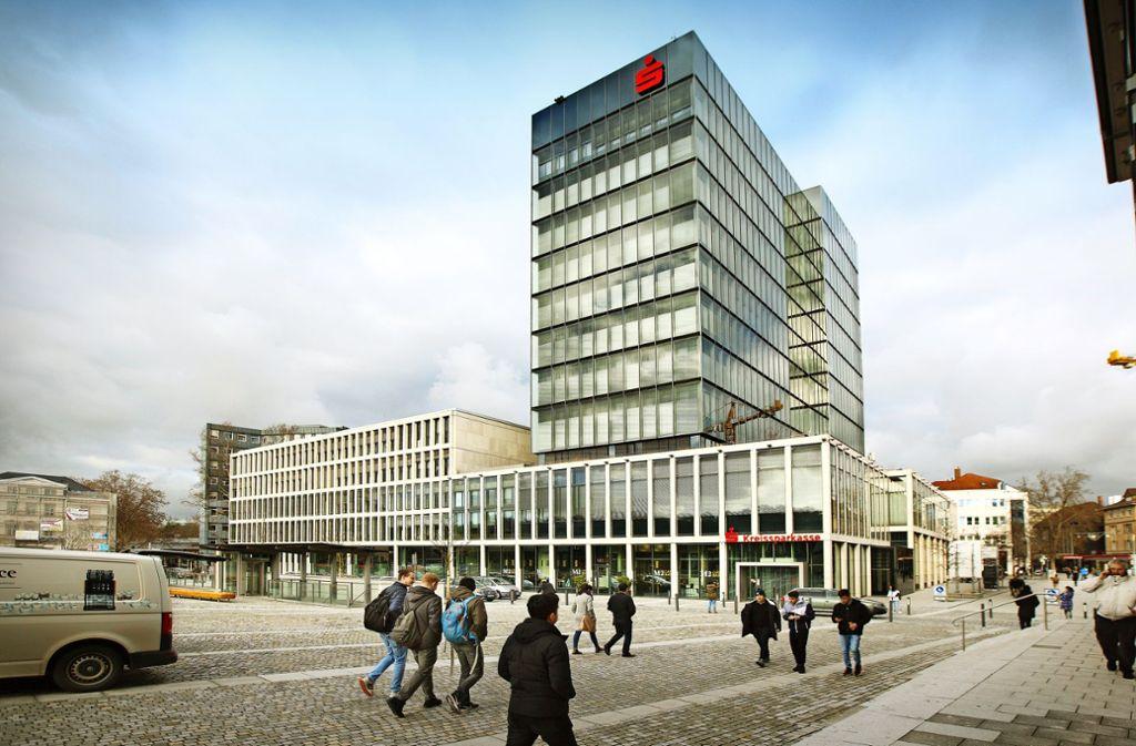 Die Kreissparkasse, im Bild der Göppinger Stammsitz am Bahnhofsvorplatz, will bis zum Jahr 2023 rund zehn Millionen Euro einsparen. Foto: /Horst Rudel
