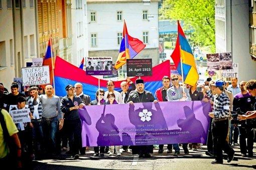 Armenier ziehen vor das türkische Konsulat