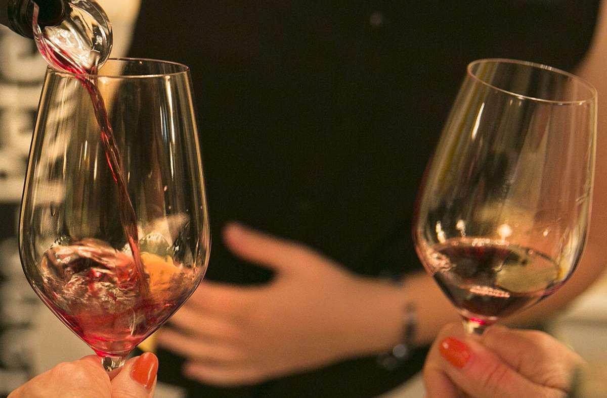 Beim Weintrinken gibt's keinen Freifahrschein für Ungeimpfte Foto: Horst/Rudel
