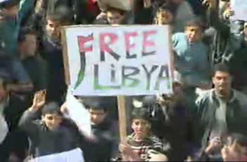 Auf diesem Foto vom Fernsehen sind am Mittwoch Demonstranten in Tobruk, im Nordosten Libyens zu sehen. Foto: AP/dapd