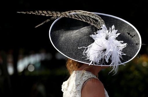 Die Damen zeigen Mut zur Kopfbedeckung