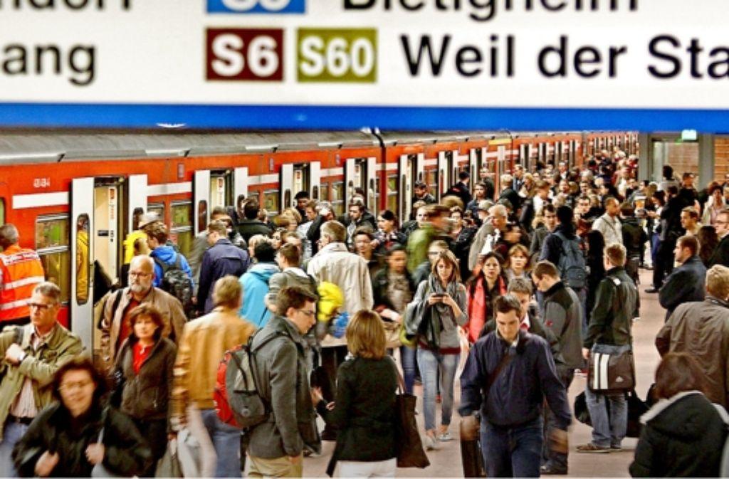 Mehr S-Bahn-Fahrgäste führen  zu längeren Stopps an den Haltestellen und damit auch zu größeren    Verspätungen. Foto: