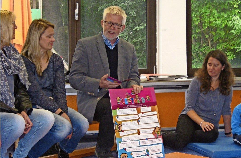 Der Dekan Wolfgang Vögele (Mitte) stellt das neue   Leitbild der  evangelischen Kitas  vor. Foto: privat