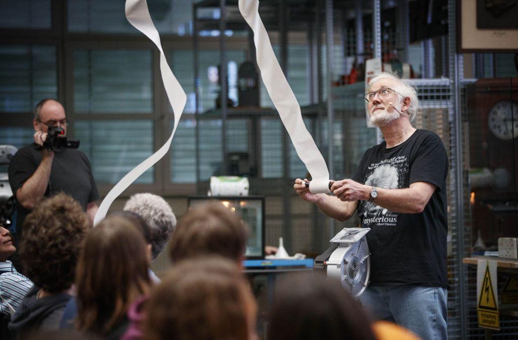 Kurt Rauschnabel zeigt im Technikforum verblüffende Experimente. Foto: Gottfried Stoppel