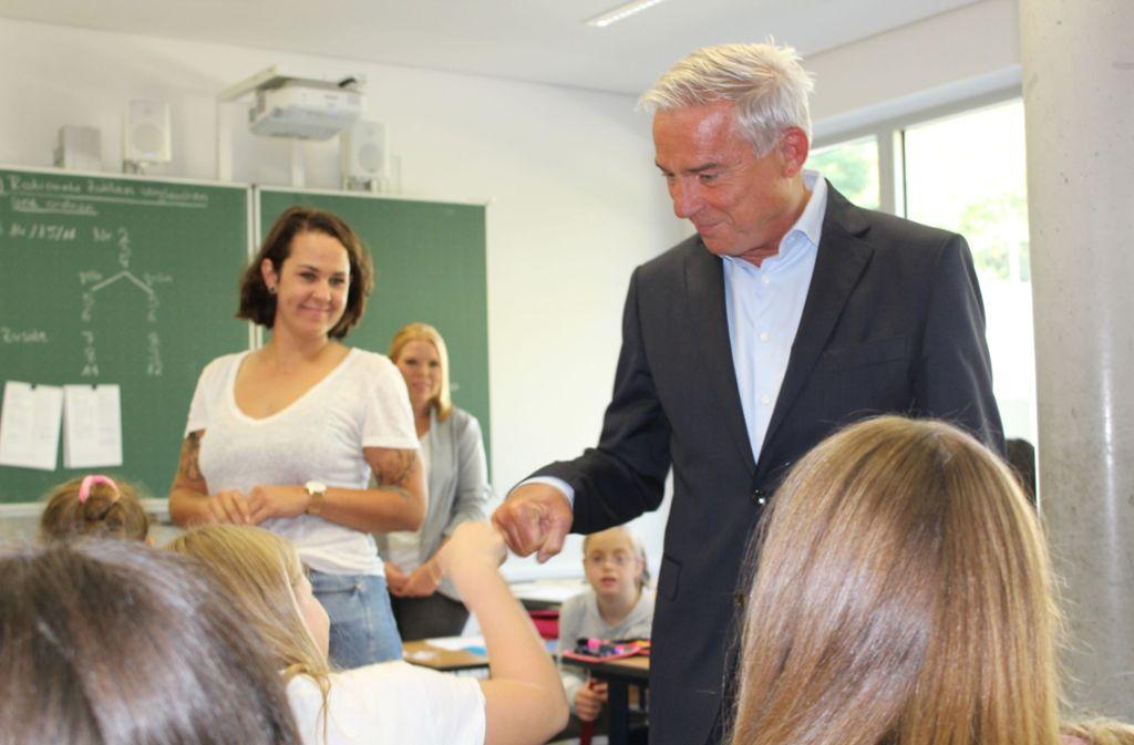 Ciao, Minister: Thomas Strobl verabschiedet sich per Fist Bump von den Siebtklässlern. Foto: Tilman Baur