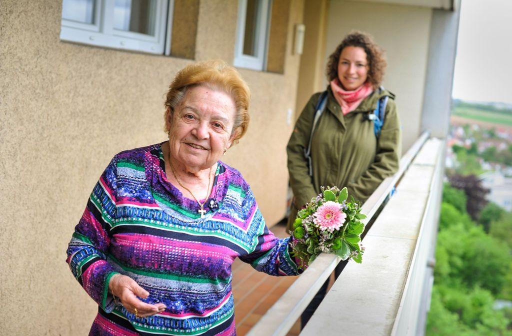 Christa Leber freut sich: Henrike Jedamczik (r.) brachte ihr Blumen. Foto: Lg/Max Kovalenko
