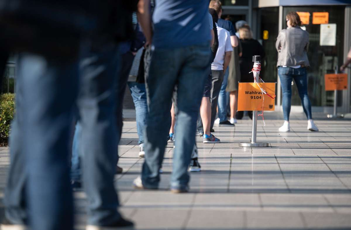 Dortmund: Zahlreiche Wahlberechtigte stehen noch kurz vor der Schließung vor dem Wahllokal im Stadthaus Schlange. Foto: dpa/Bernd Thissen