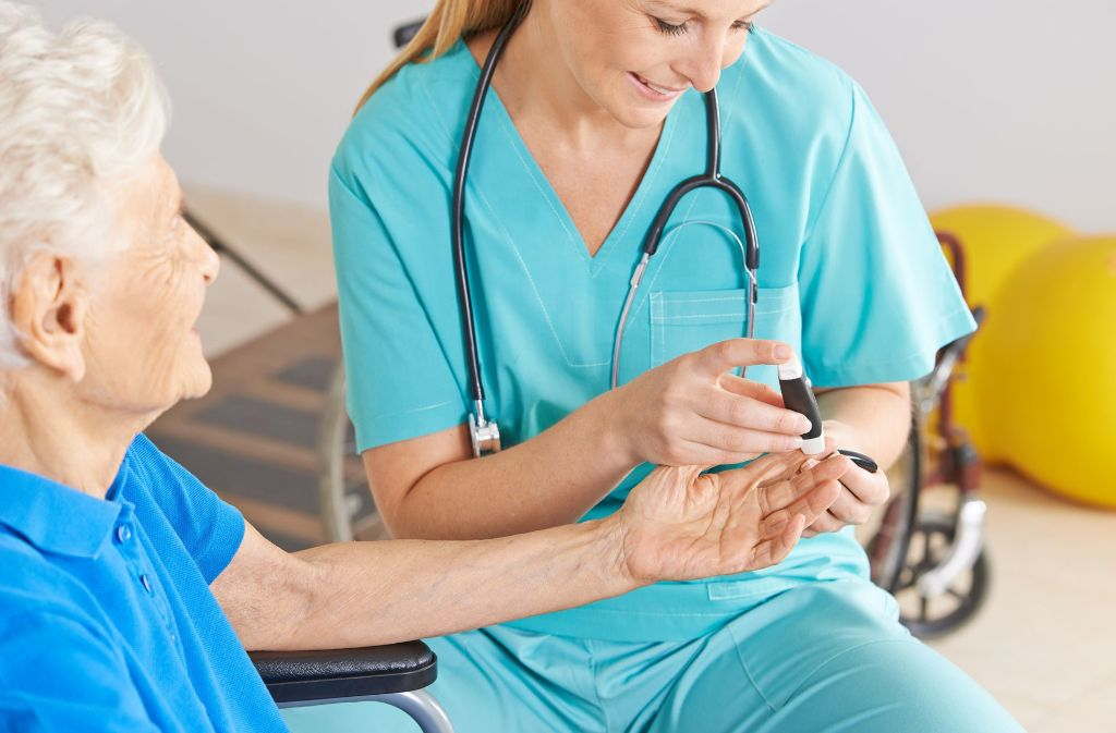 Die bisherige Ausbildung von Kranken- und Altenpflegern soll modernisiert werden. Foto: Fotolia