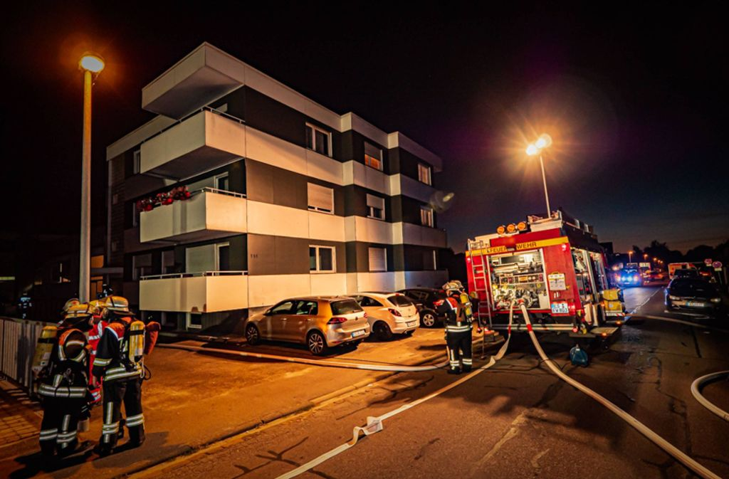 Ein angrenzendes Wohnhaus wurde aufgrund der starken Rauchentwicklung evakuiert. Foto: 7aktuell.de/Alexander Hald