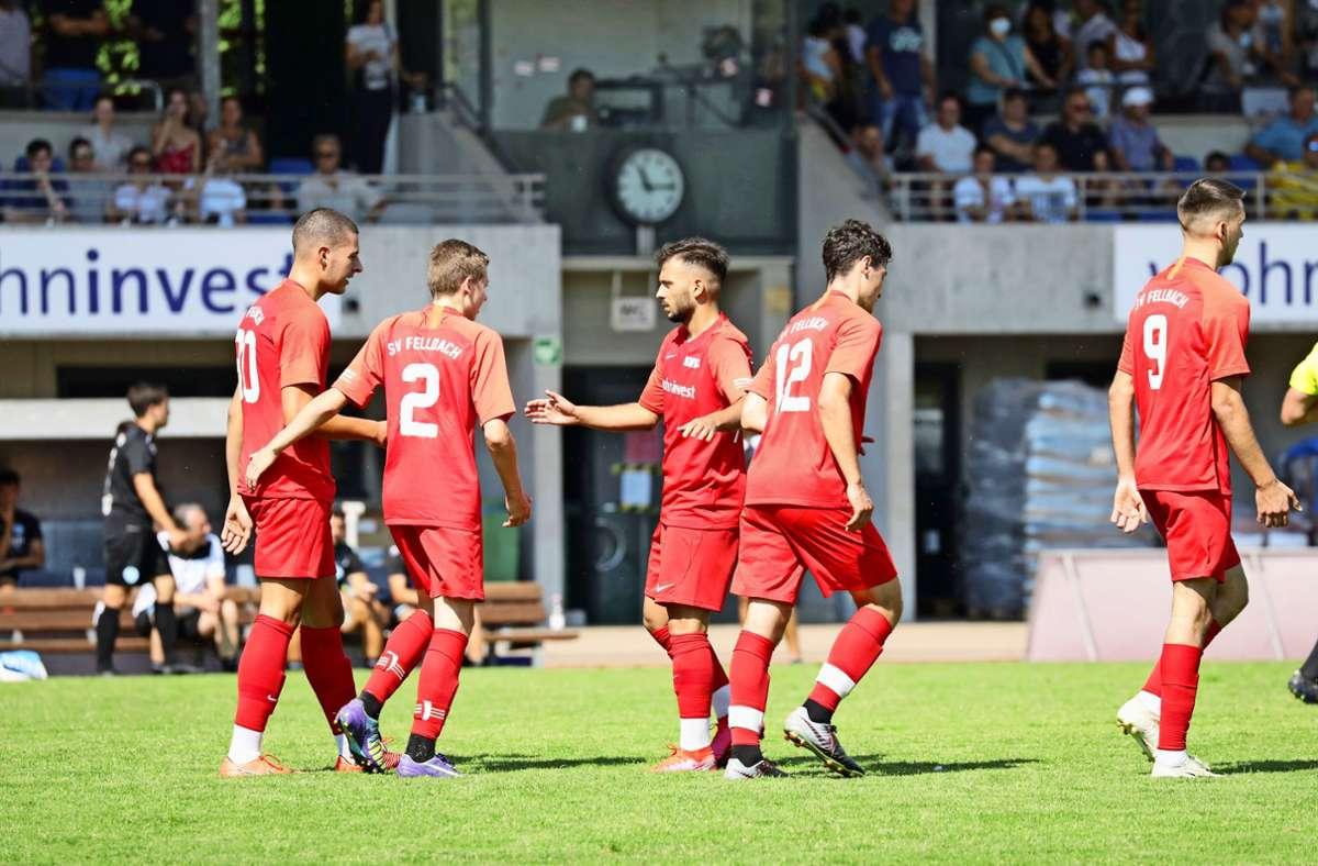 Der Torschütze und die Gratulanten: Fabijan Domic    (links)   nach seinem Treffer zum 1:0 für den SV Fellbach, am Ende gewinnen aber die Stuttgarter Kickers mit 3:1. Foto: Patricia Sigerist