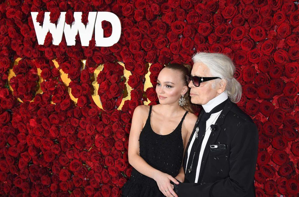 Lily-Rose Depp und Karl Lagerfeld bei den WWD Honors Awards in New York. Foto: AFP