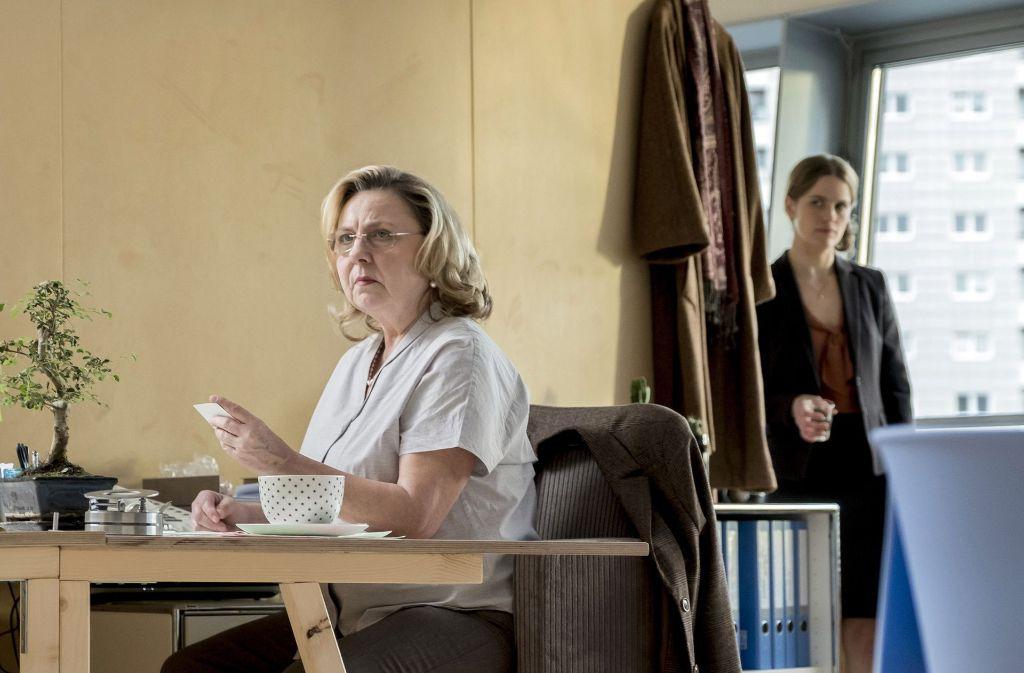 Die ALVA-Mitarbeiterin Wernicke (Ramona Kunze-Libnow) wird von ihrer Kollegin Claudia Bischoff (Isabell Polak) beobachtet. Foto: MDR
