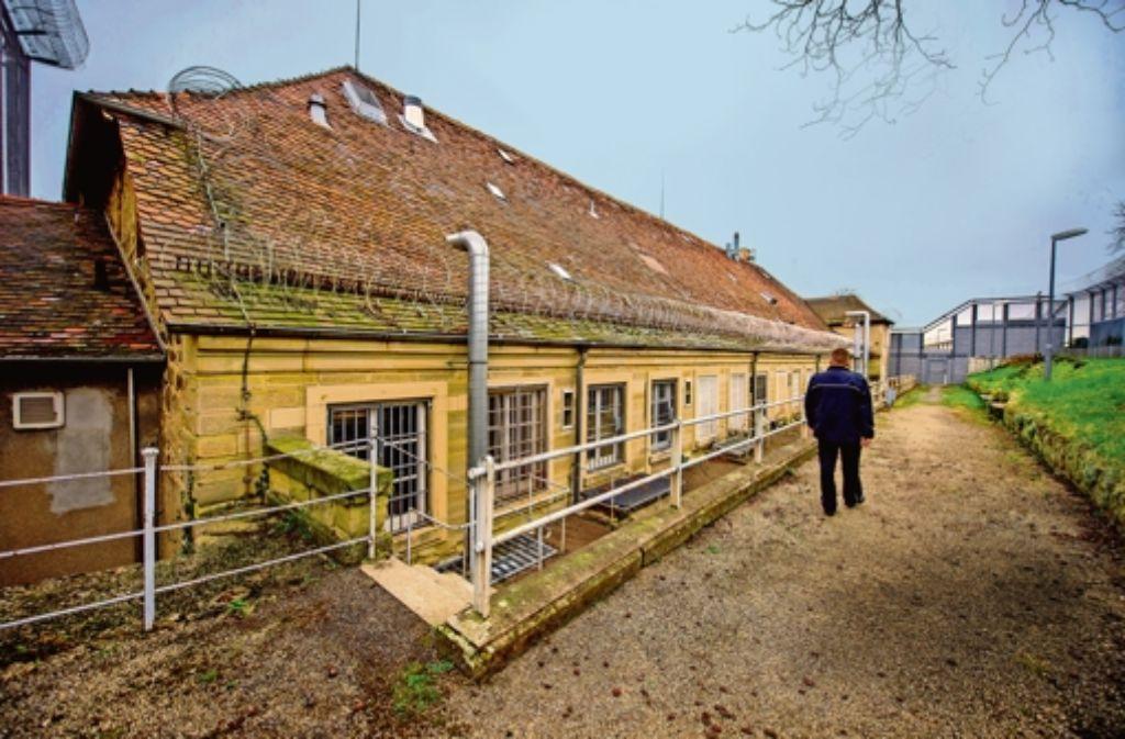 Dicke Mauern, vergitterte Fenster und Stacheldraht: Seit Anfang des 18. Jahrhunderts dient die Festung Hohenasperg als Gefängnis. Foto: Martin Stollberg