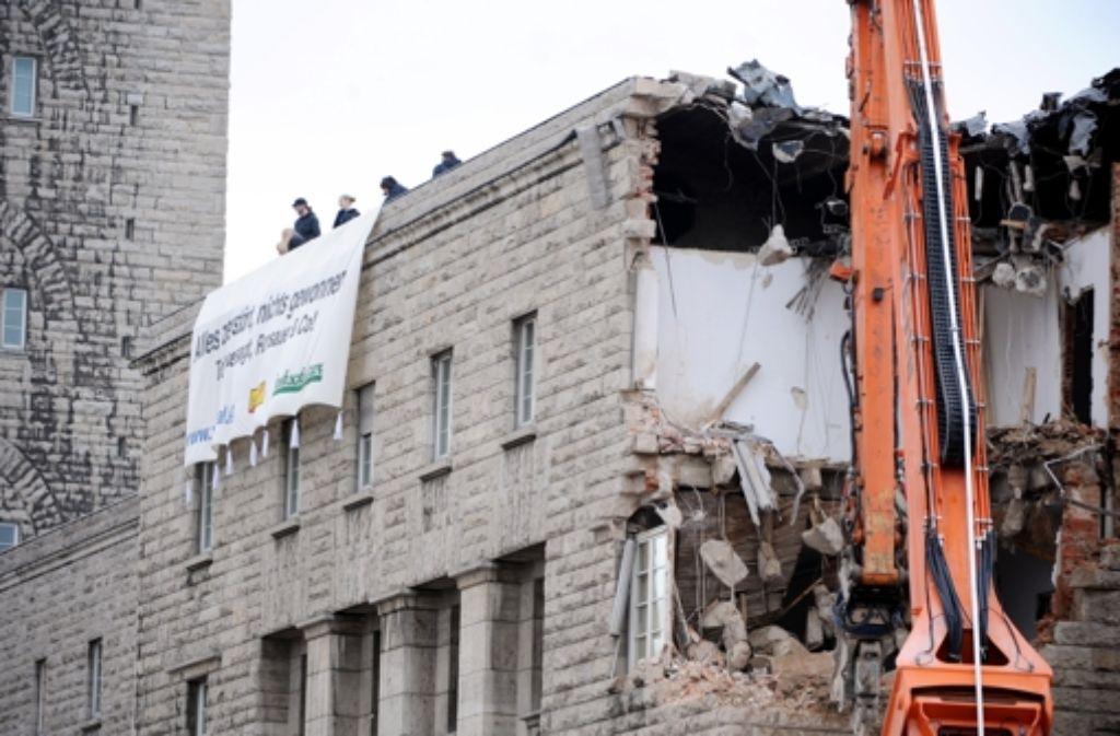 Der Abrissbagger hatte Pause als Aktivisten im März 2012 das Dach des Südflügels besetzten. Foto: dpa